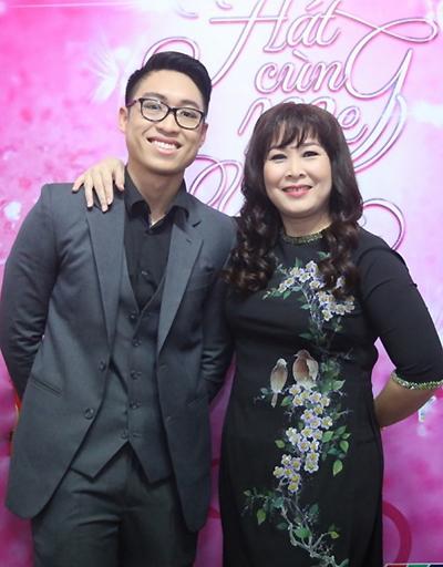 Khôi Nguyên là con thứ hai của Hồng Vân, du học ở Mỹ từ năm 14 tuổi. Năm 2017, cậu cùng Hồng Vân tham gia Hát cùng mẹ yêu - cuộc thidành cho 6 cặp mẹ con nghệ sĩ. Từ đây, Khôi Nguyên được chú ý với khả năng tự đàn, hát.