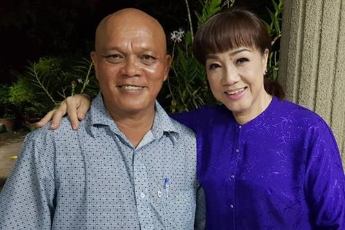 Nghệ sĩ Phương Tần (trái) bên nghệ sĩ cải lương Phương Hồng Thủy.