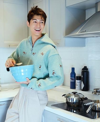 Lee Ki Woo thích nấu ăn, thường tự vào bếp mời bạn bè. Chỉ khi quá bận rộn anh mới ăn bên ngoài.