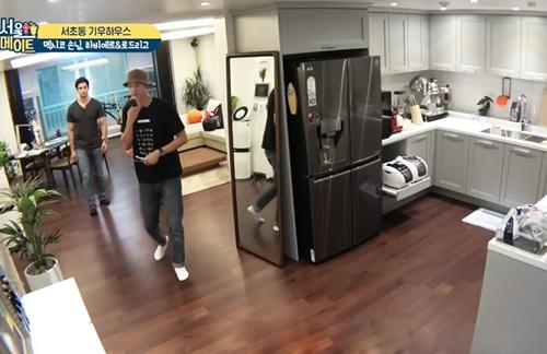 Lee Ki Woo giới thiệu phòng bếp với những người bạn nước ngoài trênđài tvN. Phòng khách và phòng bếp thông nhau.