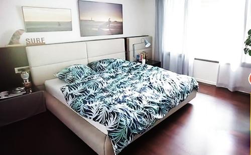 Căn hộ có hai phòng ngủ, một phòng dành cho khách, một phòng cho gia chủ.Anhtiết chế đồ đạc và thiết kế lớp cửa kính để đón nắng. Diễn viên cho biết màu xanh của chăn màn tăng thêm độ sáng và thẩm mỹ.