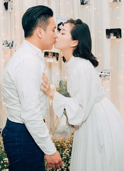 Liêu Hà Trinh và bạn trai tại buổi cầu hôn.