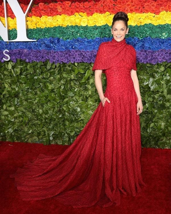 Người mẫu nội y diện đầm cắt xẻ trên thảm đỏ Tony