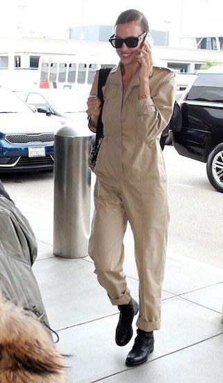 Irina Shayk tươi cười nói chuyện điện thoại trên đường ra sân bay hôm 7/6. Ảnh: Splash News.