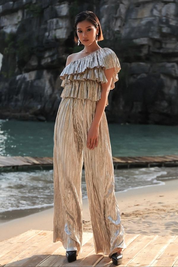 Sao Việt chuộng mặc váy áo nhũ bạc