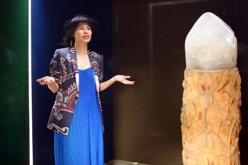 Thủy Nguyễn thuyết trình về tác phẩm với truyền thông Pháp.