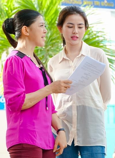 Con gái Thủy Tiên (phải) ôn kịch bản trên phim trường.