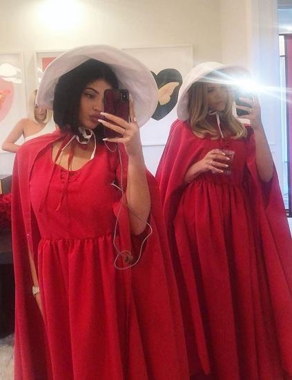 Kylie Jenner (trái) cùng bạn bè hóa trang thành các nhân vật trong The Handmaids Tale. Ảnh: Instagram.