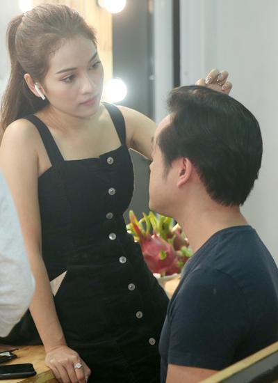 Ca sĩ Sara Lưu và chồng - nhạc sĩ Dương Khắc Linh - trong hậu trường ghi hình.
