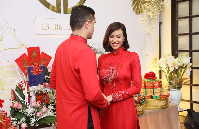 Vợ chồng Phương Mai hôn nhau trong lễ ăn hỏi