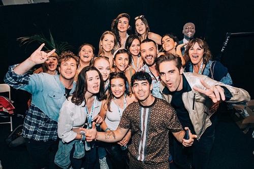 Sophie cùng bạn bè đến tham dự buổi diễn của chồng Joe Jonas tại London. Ảnh: Instagram.