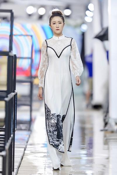 Các mẫu áo đều mang vạch kẻ màu đen ở đường diềm áo, thân áo nhằm tạo độ sắc nét và nhấn mạnh tỷ lệ cơ thể. Đây là một trong những phong cách thiết kế quen thuộc Hà Duy theo đuổi nhiều năm qua.