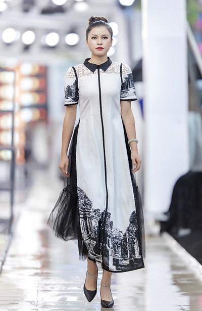 Trước giờ diễn ra show, Hà Duy được ban tổ chức mời lên sân khấu giao lưu, chia sẻ về trang phục truyền thống của Việt Nam. Anh đã có bài phát biểu về hành trình phát triển của áo dài Việt Nam qua các thời kỳ. Mặc dù có nhiều sự thay đổi về áo dài thông qua chất liệu, phom dáng... nhưng những đường nét đặc trưng nhất của áo dài truyền thống vẫn được các nhà thiết kế Việt Nam giữ gìn. Nhờ sự sáng tạo, cách tân mà áo dài Việt Nam được bạn bè quốc tế biết đến nhiều hơn. Trong sự kiện lần này, tôi muốn truyền tải tinh thần trẻ trung, hiện đại của người Việt trẻ bây giờ qua từng bộ trang phục, anh nói.