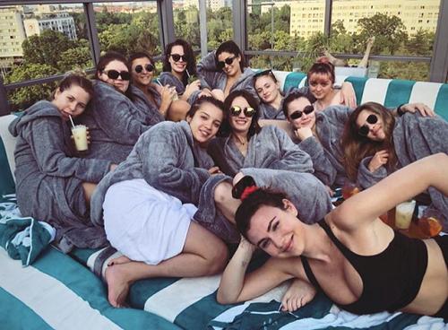 Nhóm bạn tổ chức tiệc hồ bơi tại Berlin, Đức. Ảnh: Instagram.