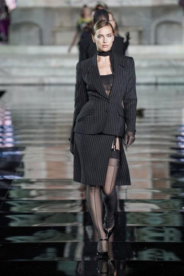 Irina Shayk trình diễn suit phối nội y xuyên thấu