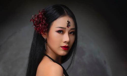 Ca sĩ Hoa Trần.