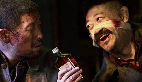 Diễn viên Vương Thiên Nguyên (trái) và Khương Võ trong The Eight Hundred. Ảnh: Huayi Bros.
