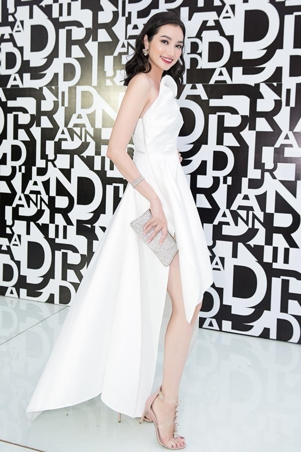 Dàn người đẹp mặc tông đen, trắng đi xem thời trang