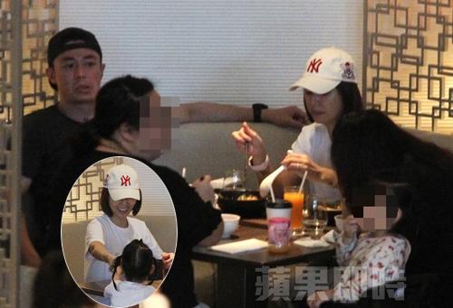 Vợ chồng Lâm Tâm Như đi ăn cùng con gái.