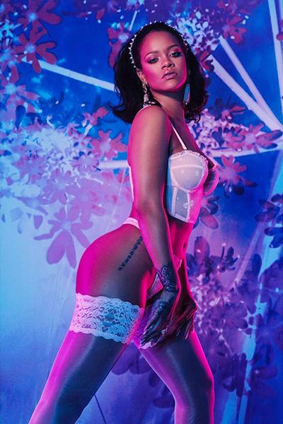 Rihanna tự làm mẫu cho dòng nội y do cô thiết kế.