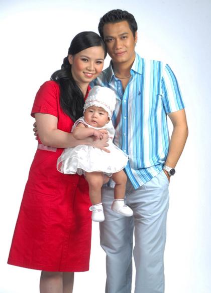 Năm 2006, Việt Anh kết hôn với Thùy Linh - biên tập viên một đài truyền hình. Hai người sinh con gáiDâu Tây năm 2007.