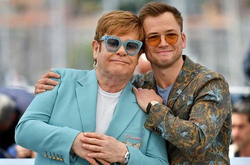 Nam chính Taron Egerton (phải) và Elton John ở buổi ra mắt phim tại LHP Cannes hồi tháng 5. Ảnh: AFP.