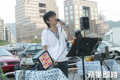 Giang Minh Học từng biểu diễn trên phố để mưu sinh.