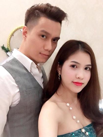 Từ năm 2012, Việt Anhsống thử với bạn gái mới Hương Trần. Cô sinh năm 1989, làm nghề kinh doanh. Kém Việt Anh chín tuổi, Hương Trần được anh nhận xét không phải lúc nào cũng chín chắn nhưng là người kiên nhẫn, chịu được tính nết của anh.