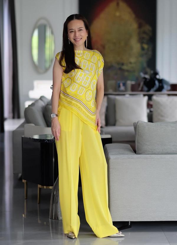 Phong cách tuổi 53 của trưởng đoàn bóng đá nữ Thái Lan