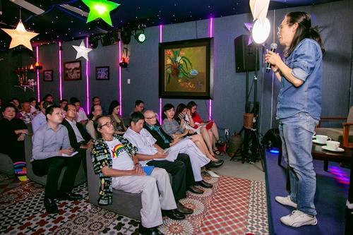 Nhạc sĩ Nguyễn Quang kể về quá trình thực hiện chương trình với các quan khách.