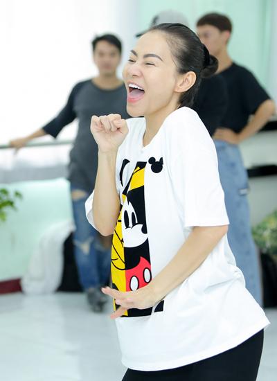Ca sĩ Thu Minh luyện tập cho đêm tiệc ca nhạc thời trang.