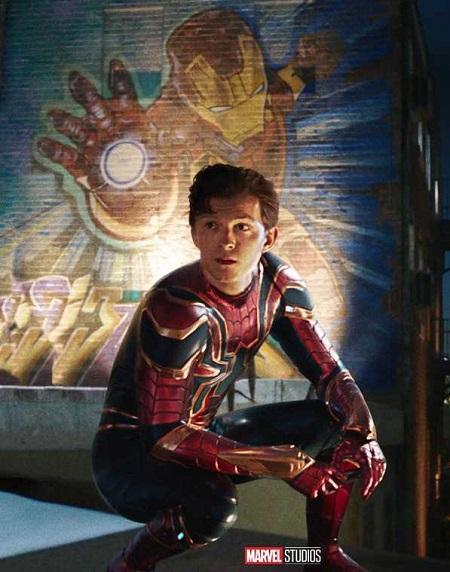 Spider-Man: Far From Home diễn ra sau trận chiến trong Avengers: Endgame. Người Nhện (Tom Holland đóng) tái hòa nhập với cuộc sống học sinh trung học và thương tiếc Tony Stark. Ảnh: Disney.
