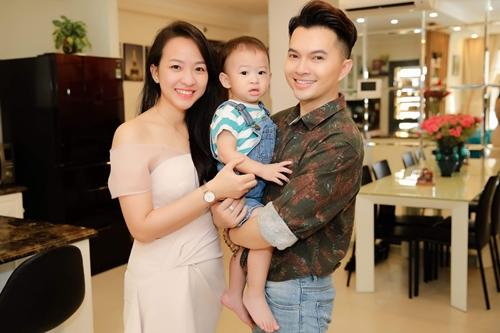 Vợ chồng Nam Cường cùng con cái hiện sống trong một căn hộ ở quận 4, TP HCM.