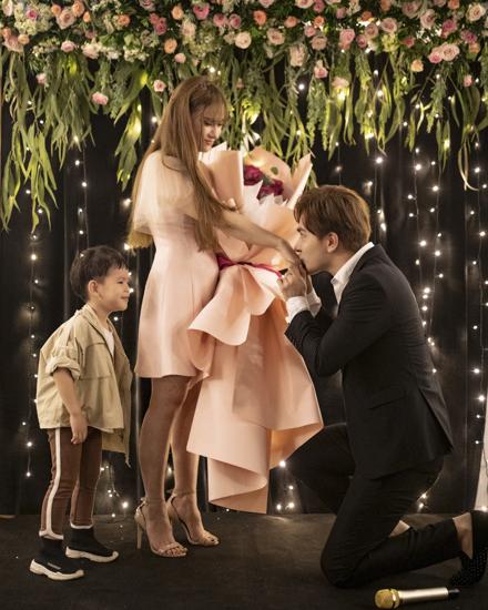 Bạn trai đeo nhẫn đính hôn cho Thu Thủy.