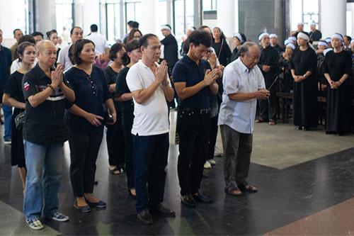 NSƯT Xuân Bắc (áo xanh, hàng đầu) dẫn đầu đoàn Nhà hát Kịch Việt Nam đến viếng cố nghệ sĩ.