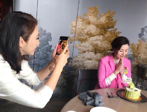 Lý Gia Hân được nhiều nhóm bạn chúc mừng sinh nhật. Hồi đầu tháng 6, cô nhận quà từ Lê Tư (trái). Hai người từng là đồng nghiệp ở đài TVB. Cả hai đều kết hôn với đại gia, sau đó ngừng đóng phim.