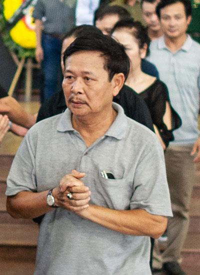 NSƯT Đình Chiến (phải) chia buồn cùng gia đình nghệ sĩ Quang Thái.