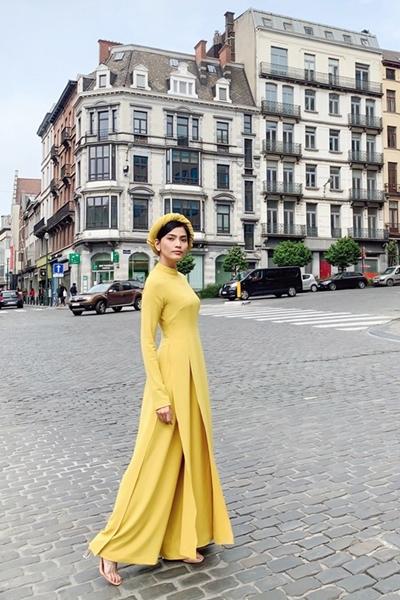 Người mẫu tranh thủ dạo thăm đường phố Bruxelles - thủ đô nước Bỉ. Cô ấn tượng với những con đường được lót gạch cổ điển và không khí thanh bình nơi đây.