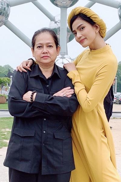 Mẹ Trương Thị May thường đồng hành cùng cô khi đi công tác. Bà tư vấn cho con gái chọn các bộ áo dài phù hợp cho sự kiện.
