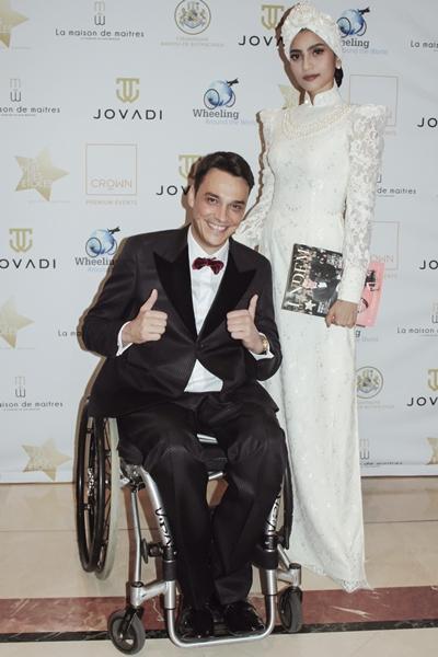Tối cùng ngày, cô gặp gỡ ông Alexandre Bodart Pinto - nhà sáng lập quỹ từ thiện Wheeling Around the World (WAW). Người mẫu mặc bộ áo dài trắng, quấn khăn turban của nhà thiết kế Đinh Văn Thơ.