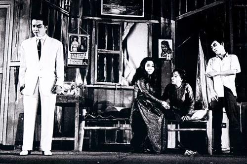 Từ trái sang: danh ca Út Trà Ôn, Bạch Tuyết, Hồng Nga, Thanh Sang trong vở Tuyệt tình ca trên sân khấu Dạ Lý Hương.