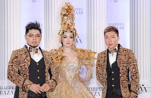 Hoa hậu Giáng My (giữa) chọn bộ váy kết kim loại để ra dáng nữ thần.