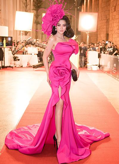 Hoa hậu Phương Khánh tạo dáng cùng thiết kế xẻ đùi, kết hoa 3D.