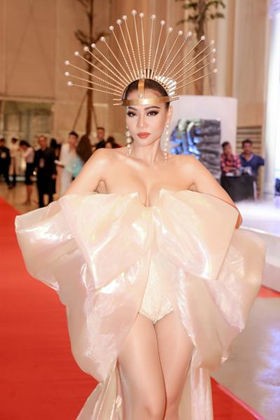 Chương trìnhthời trang, ca nhạc của Thu Minh diễn ra tối 21/6 tại TP HCM quy tụ nhiều nghệ sĩ tham dự. Ca sĩdiện bộ jumsuit cách điệu với phần nơ đính trước ngực trên thảm đỏ.