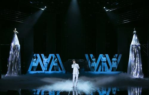 Đàm Vĩnh Hưng góp phần tạo nên kết thúc đầy cảm xúc của đêm diễn.