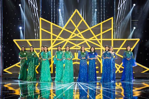 Ở phần thi áo dài, thí sinh được phân nhóm trình diễn.