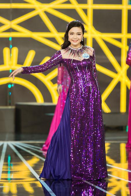 Nguyễn Thị Diển diện áo dài kiểu dáng giống dạ hội.