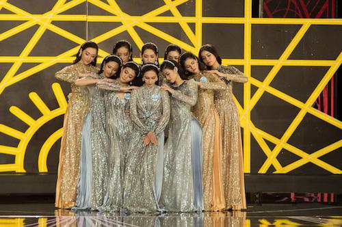 Trong tà áo dài đính kết, có kiểu dáng biến tấu hiện đại, các người đẹp thể hiện những vũ đạo nhẹ nhàng.