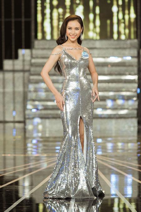 Diệu Ý catwalk trong mẫu váy dạ hội ánh kim khoét ngực.
