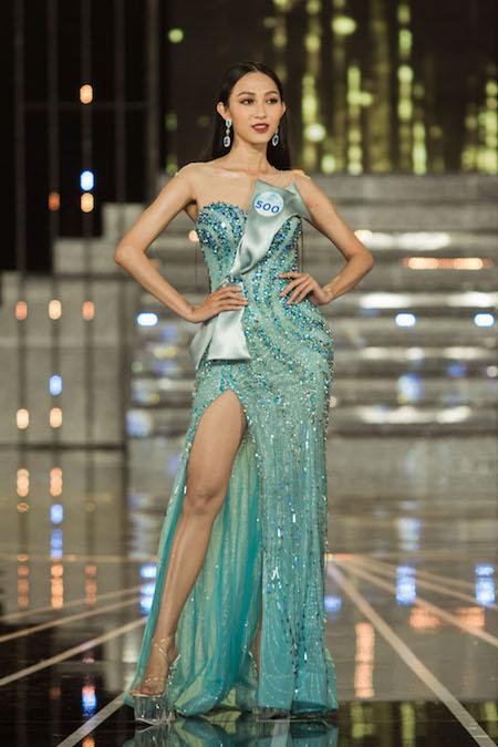 Các thí sinh khoe hình thể trong phần thi trình diễn váy dạ hội trên nền nhạc ca khúc Beauty And The Beast..